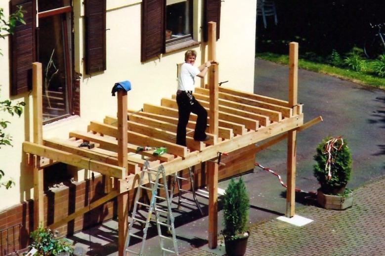 b Aufbau eines Holzbalkons 001